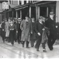 9. Коллегия присяжных  по делу об убийстве возвращается после ланча в суд  (1937 г.)
