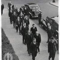 12. Коллегия присяжных по делу об убийстве возвращается в суд после ланча (1938 г., Нью-Йорк)