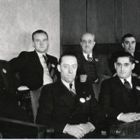 1. Присяжные заседатели со значками Juror (США)